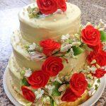 Торта сватбена със захарни рози, бял шоколад, сироп от ягоди