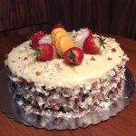Домашна торта с мус от бял шоколад и портокалови корички, портокалови макарони и пресни ягоди