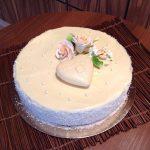 Тематична торта с крем от маскарпоне, ягодов сироп, глазура бял шоколад, захарни рози, шоколадово сърце