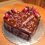 Шоколадова торта за рожден ден с мус от тъмен шоколад и портокалови корички, пресни ягоди
