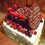 Тематична торта с бял и черен шоколад с пресни плодове